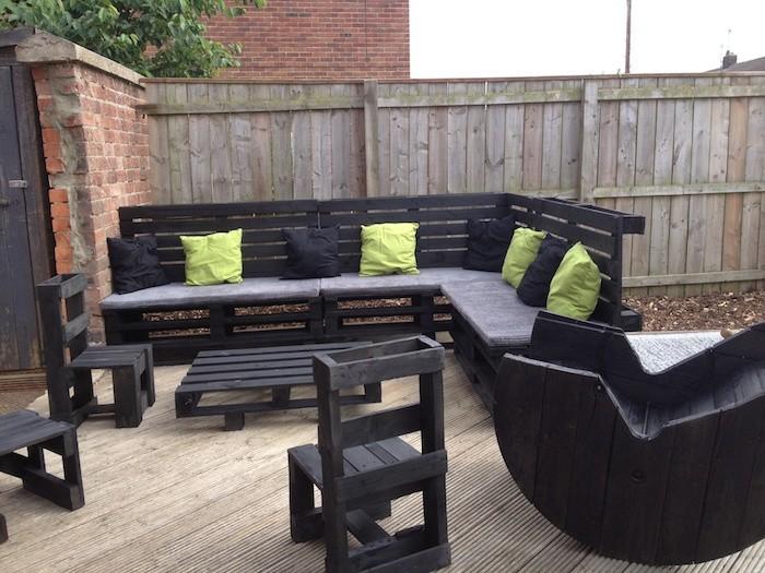 meuble-de-jardin-en-palette-entier-canape-chaises-table