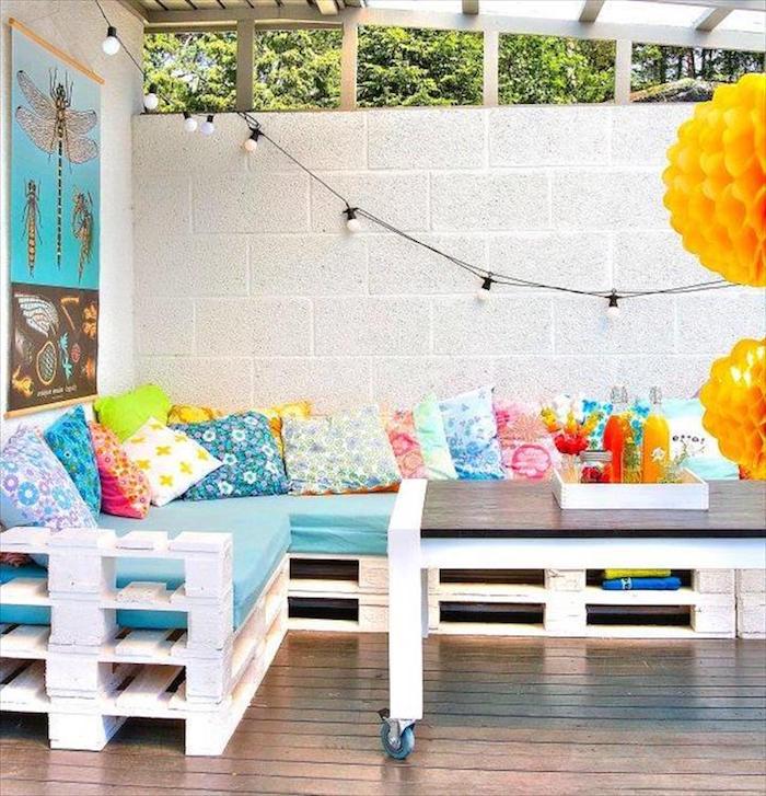 salon-de-jardin-palettes-terrasse-canape-blanc-coussins