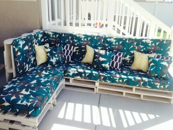 suggestion-canape-palette-parfait-pour-votre-salon-de-jardin-en-palette-assise-a-motifs-floraux