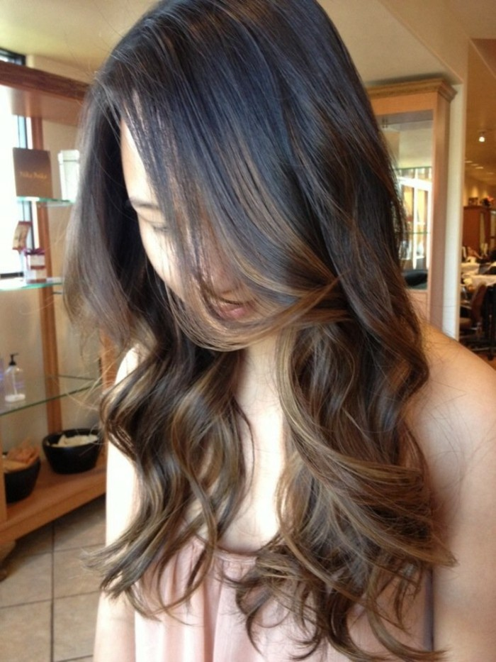 superbe-balayage-sur-cheveux-chatain-fonce-cool-meches