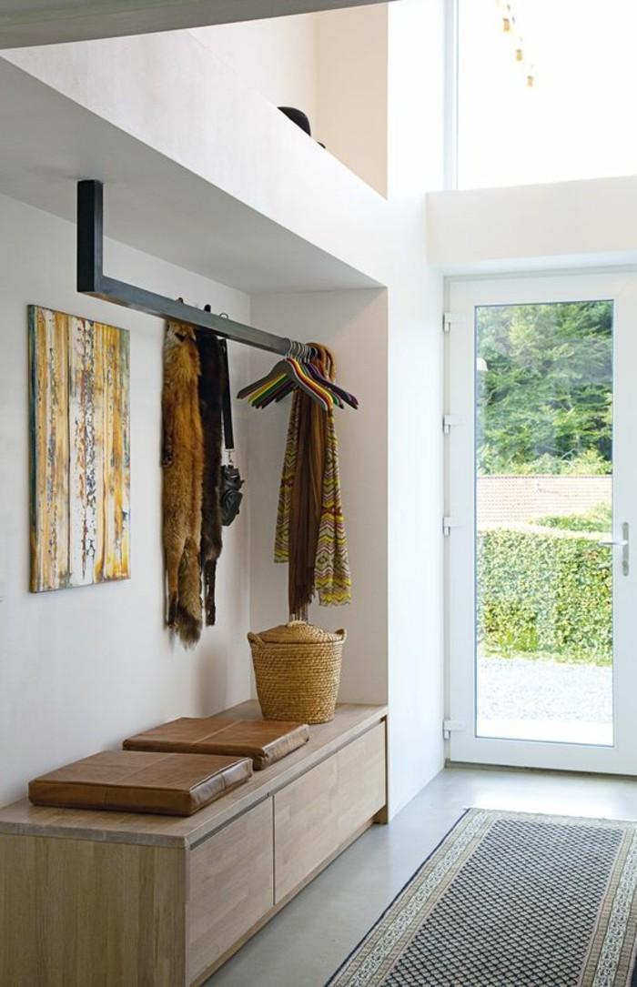 tapis-d-entree-petite-console-d-entree-en-bois-clair-murs-blancs-d-entree