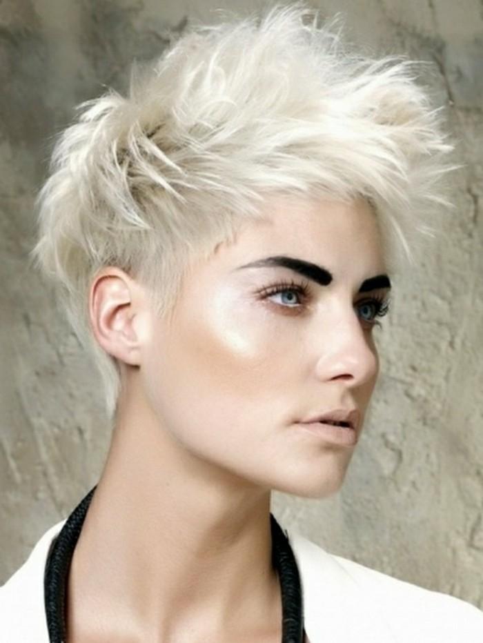 tendances-chez-les-coiffures-courtes-femme-blonde