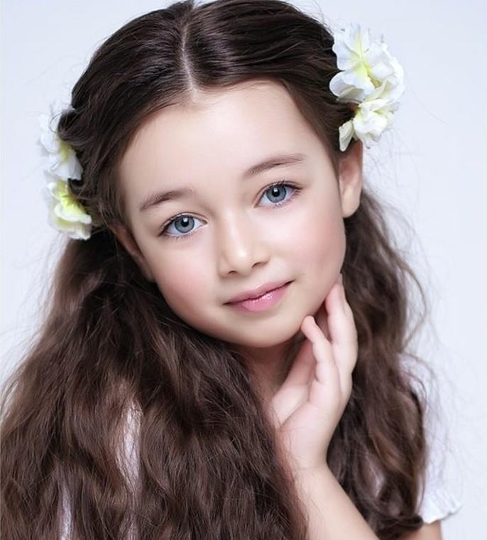 tres-jolie-coiffure-petite-fille-tres-facile-accessoires-sympathiques