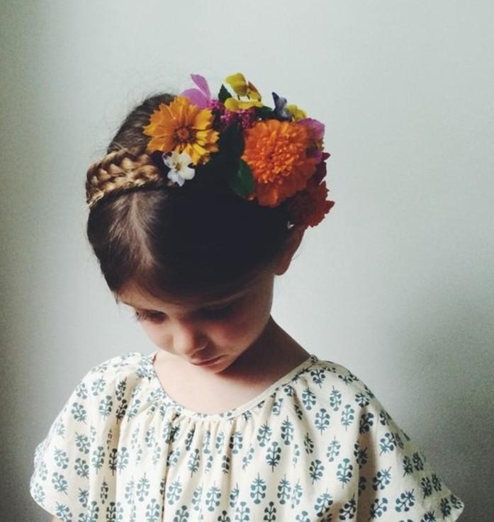 tres-jolie-coiffure-simple-et-elegante-avec-tresse-accessoire-fleurs-decoratives