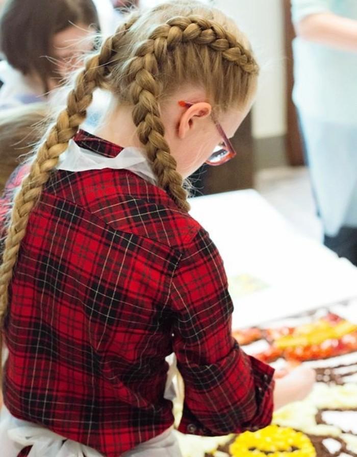 tresse-colle-pour-cette-fille-aux-longs-cheveux-blonds