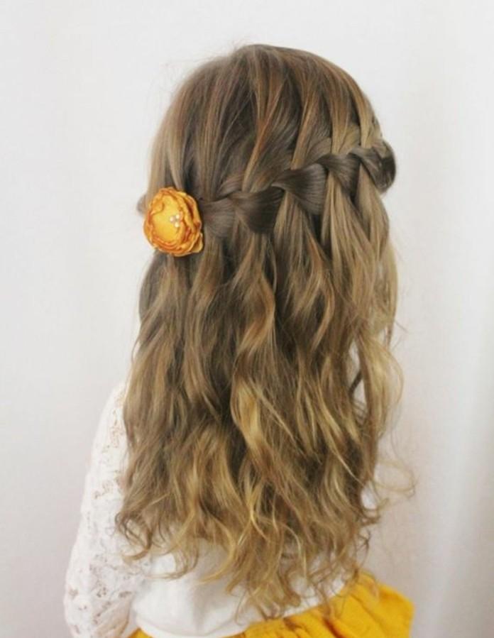 tresse-enfant-tres-elegante-modele-tresse-en-cascade-jolie-fleur-decorative