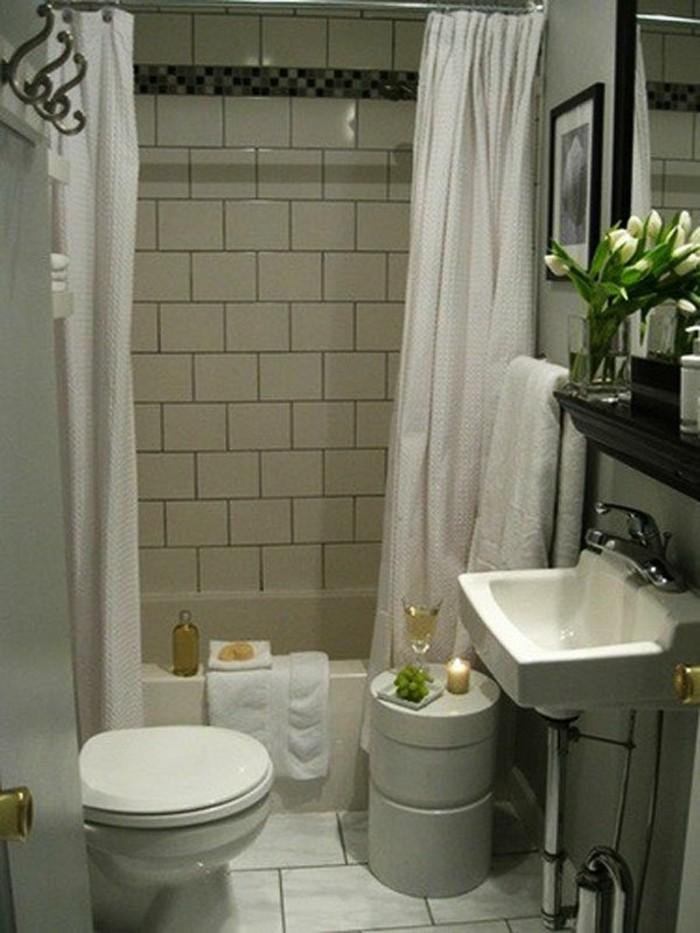 tulipes-blanches-dans-la-salle-de-bain-4m2-idees-d-amenagement-et-deco-petite-salle-d-eau