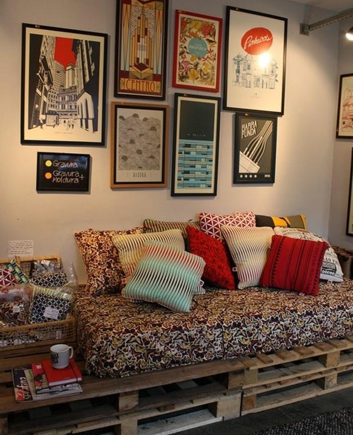 un-canape-en-palette-look-brut-gamme-de-couleurs-extremement-riche-belle-deco-murale