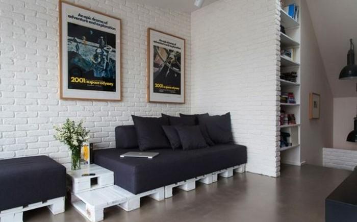 un-coin-detente-dans-un-style-industriel-canape-en-palette-blanc-assise-et-coussins-noires