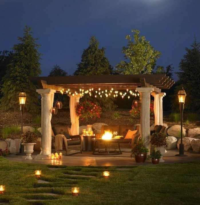 un-formidable-coin-repos-dans-le-jardin-idee-fabriquer-pergola-bois-pergola-paree-de-petites-lumieres