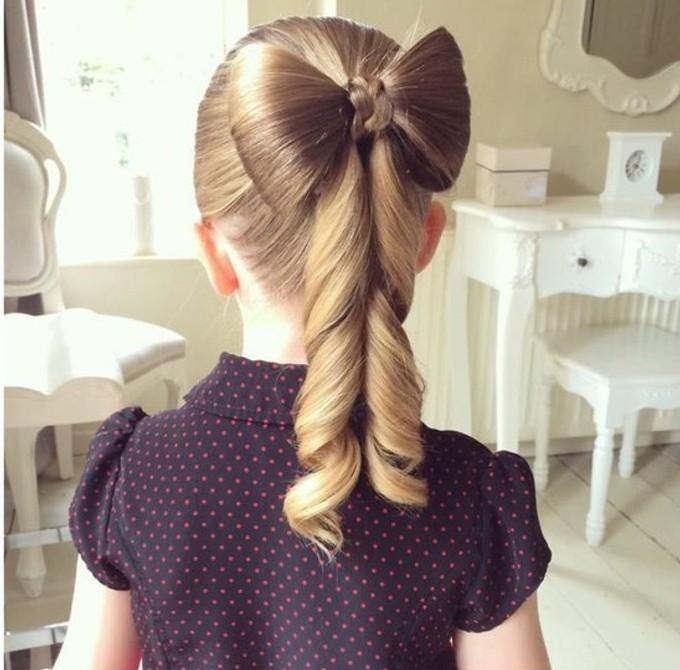 un-formidable-noeud-tres-elegant-suggestion-coiffure-petite-fille-mariage
