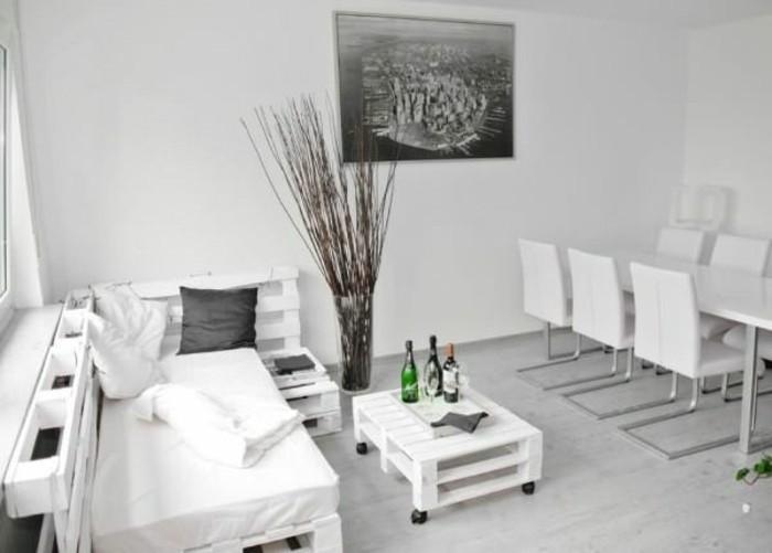 un-interieur-tout-en-blanc-canape-palette-blanc-table-basse-blanche-a-roulettes