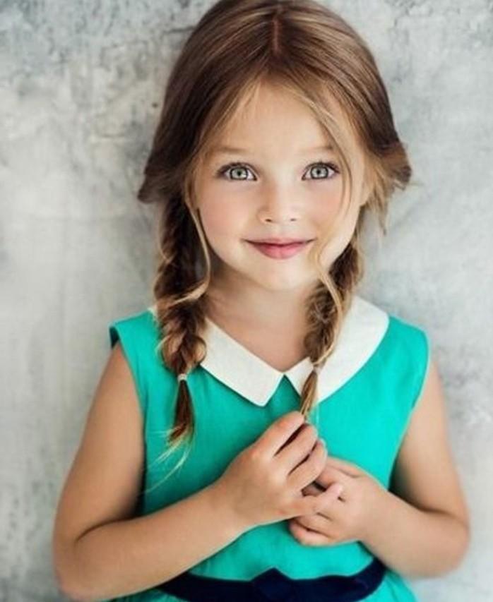 un-petit-ange-mignon-avec-de-tres-jolies-tresses-coiffure-petite-fille-simple-mais-tres-jolie