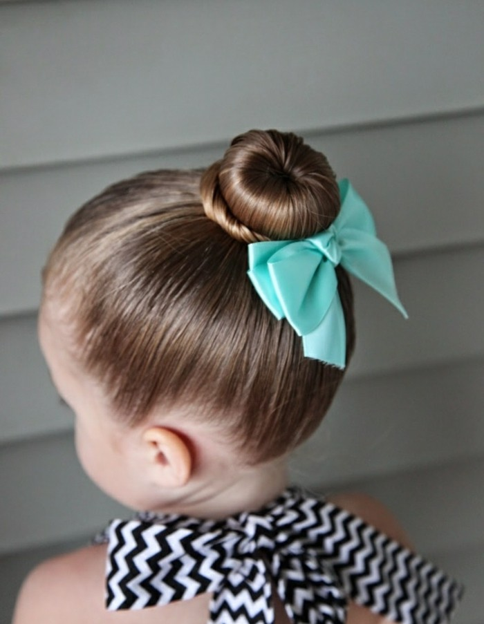 un-petit-chignon-cheveux-fins-idee-coiffure-petite-fille-classique