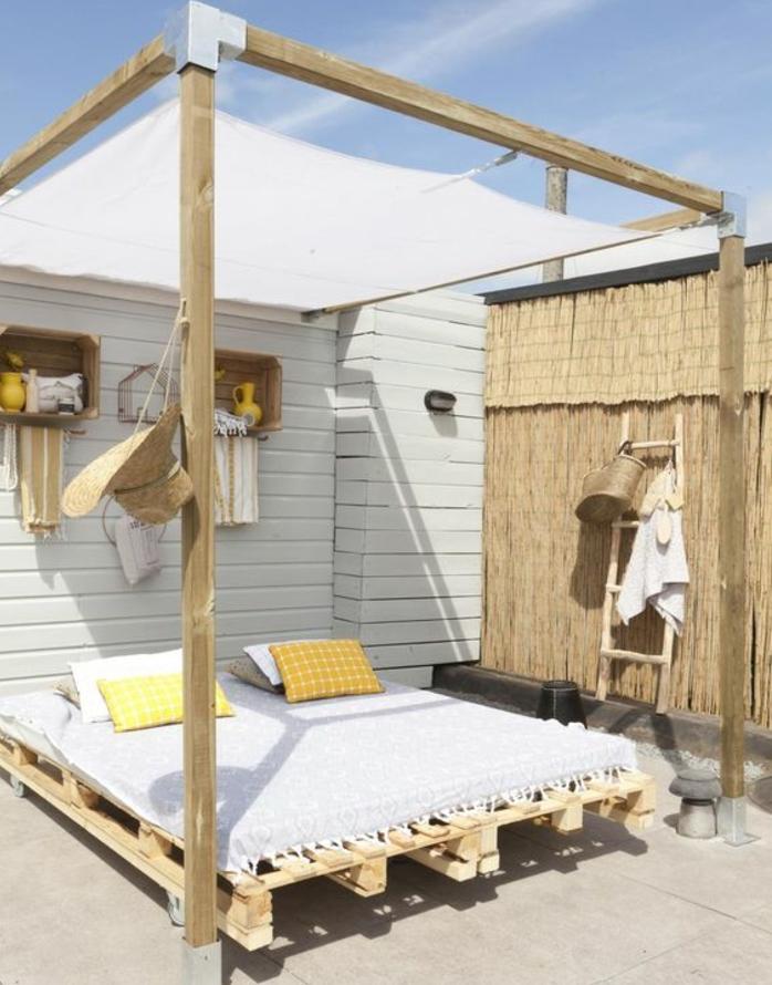une-idee-geaniale-comment-faire-un-lit-en-palette-jolie-suggestion-lit-amenage-a-l-exterieur