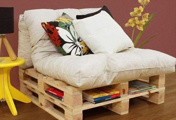 une-idee-sympa-comment-fabriquer-un-canape-en-palette-petit-canape-mignon-coussins-multicolores-utilisez-les-espaces-vides-comme-des-rangements