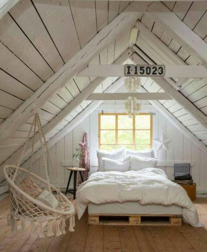 une-jolie-mansarde-amenagee-en-chambre-a-coucher-style-rustique-balancoire-suspendu-du-toit-meuble-en-palette-lit