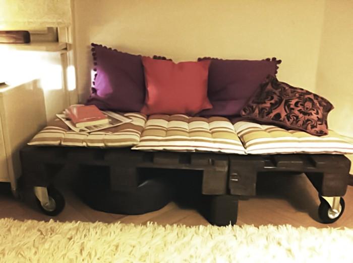 une-suggestion-originale-pour-votre-interieur-canape-en-palette-a-roulettes