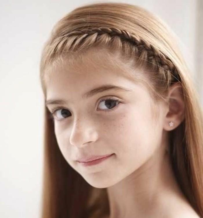 une-tresse-diademe-et-cheveux-lisses-coiffure-simple-et-rapide