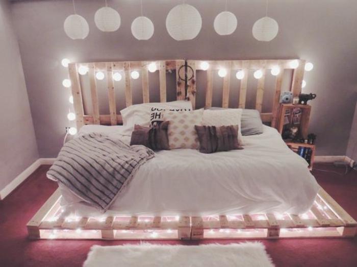 un-meuble-en-palette-idee-formidable-lit-avec-des-lumiere-entre-les-palettes-ambiance-romantiques