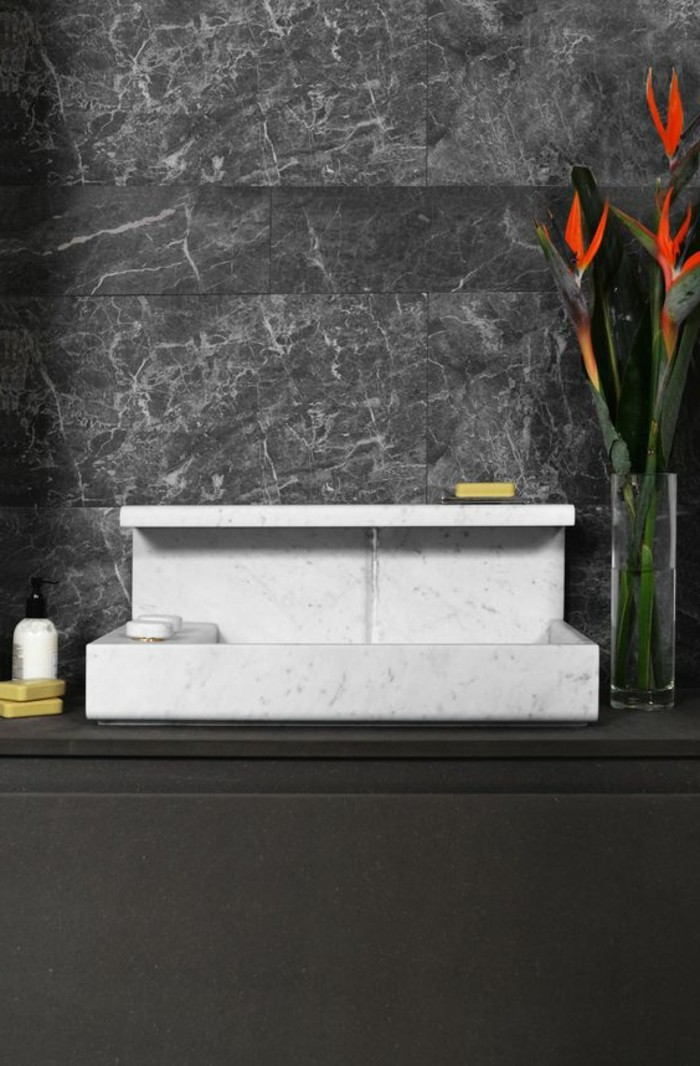 vasque-a-poser-rectangulaire-blanche-pres-de-mur-gris