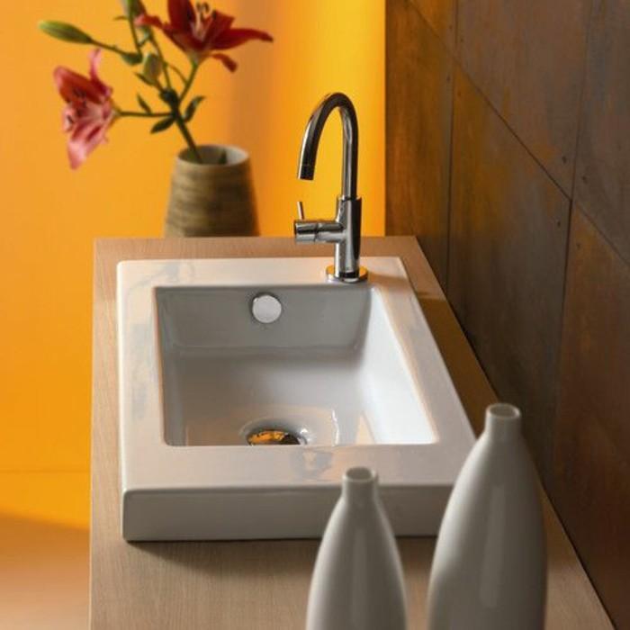 vasque-a-poser-rectangulaire-mur-jaune-et-deux-vases