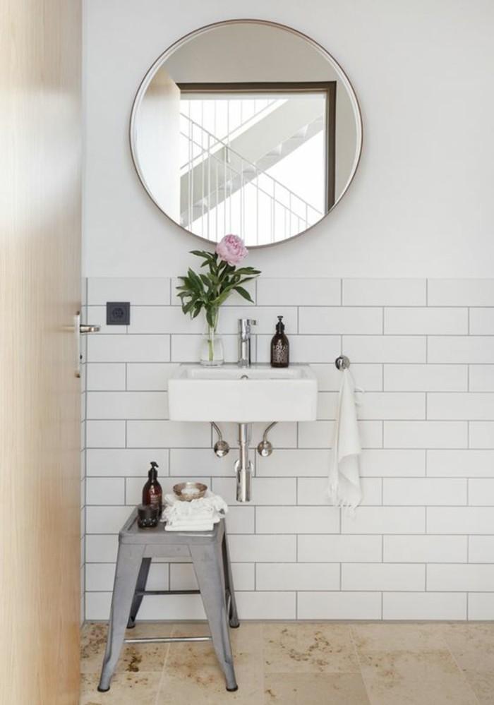 vasque-salle-de-bain-miroir-chaise-blanc-carreau-fleur
