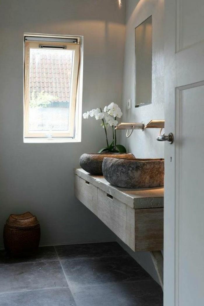 vasque-salle-de-bain-petite-fenetre-lampes-gris-sol