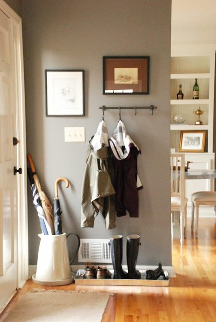 vestiaire-d-entree-sol-en-parquet-clair-petit-tapis-beige-pres-de-la-porte-sol-en-parquet-clair