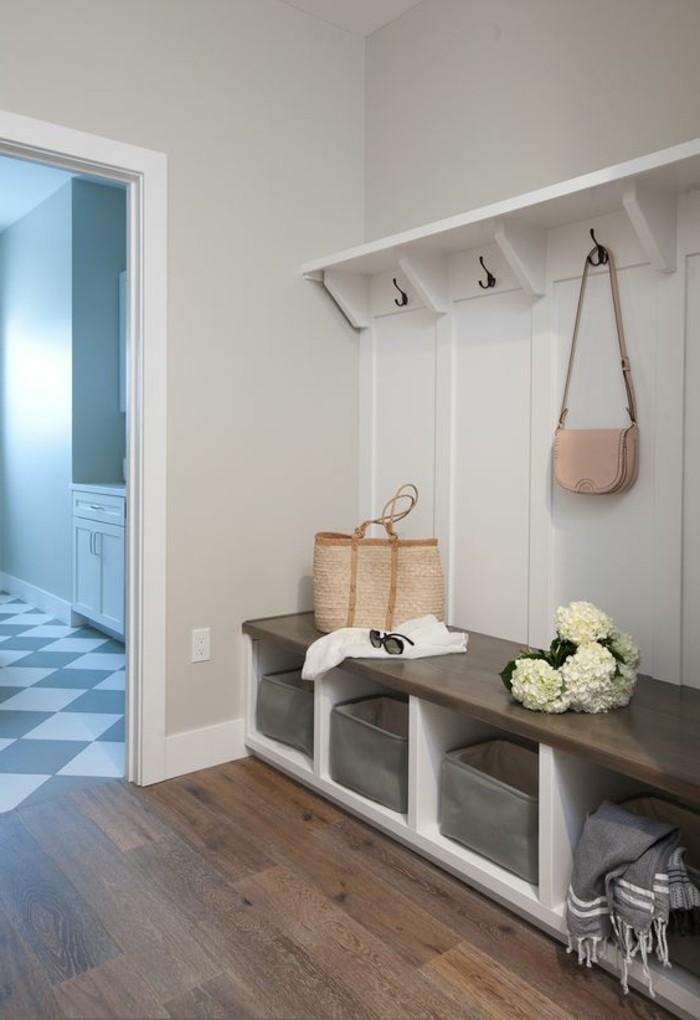 vestiaire-d-entree-sol-en-parquet-mur-en-gris-clair-idee-pour-bien-meubler-le-couloir