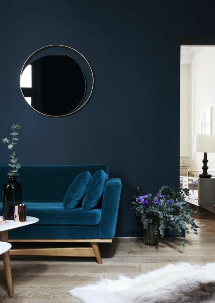 0-couleur-de-peinture-bleu-fonce-fauteuil-bleu-sol-en-parquet-quel-mur-peindre-en-couleur
