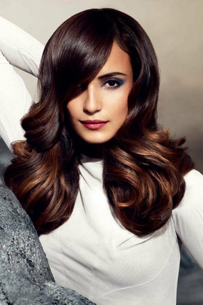 0-jolie-coiffure-cheveux-couleur-marron-glace-femme-aux-yeux-marrons-fonces