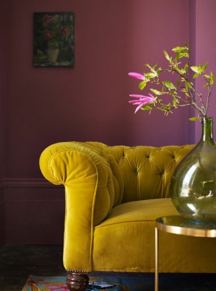 0-salon-mur-en-violette-fonce-canape-jaune-fleurs-tapis-colore-table-ronde-salon