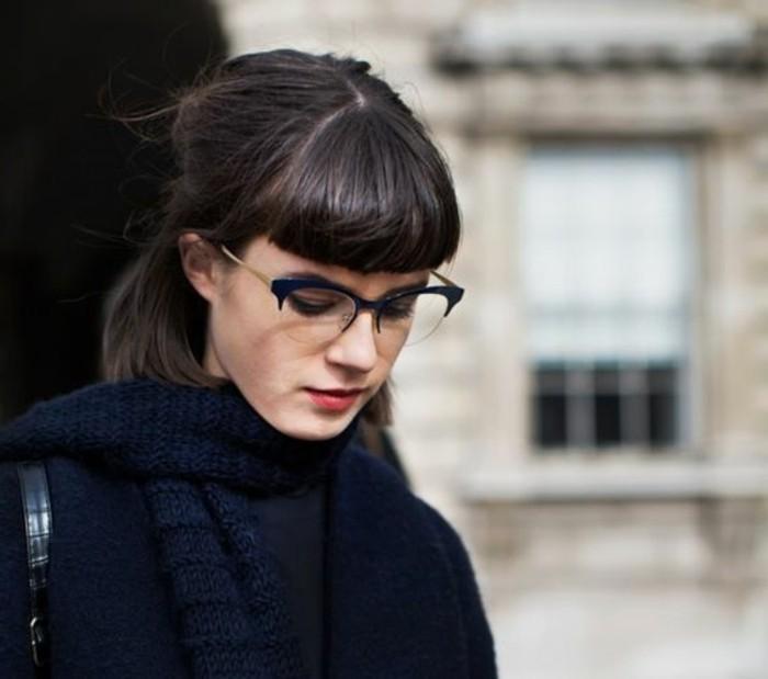 00-couleur-marron-glace-idee-coupe-de-cheveux-courte-femme-avec-lunettes-de-vue-noir
