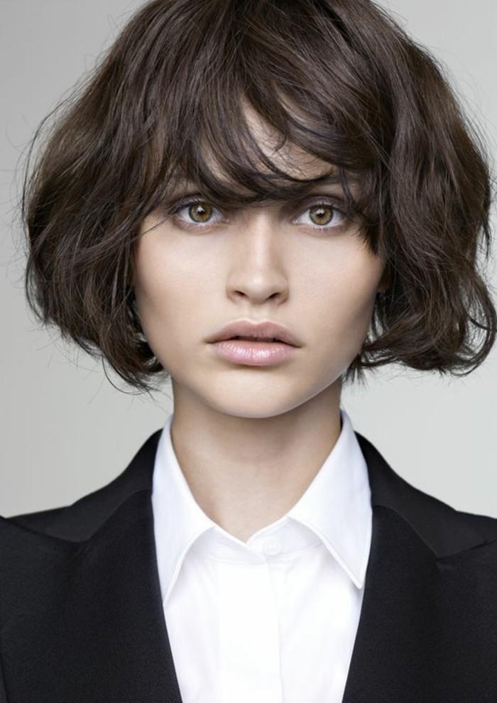 00-coupe-de-cheveux-courte-femme-cheveux-marron-glace-yeux-marron-clair