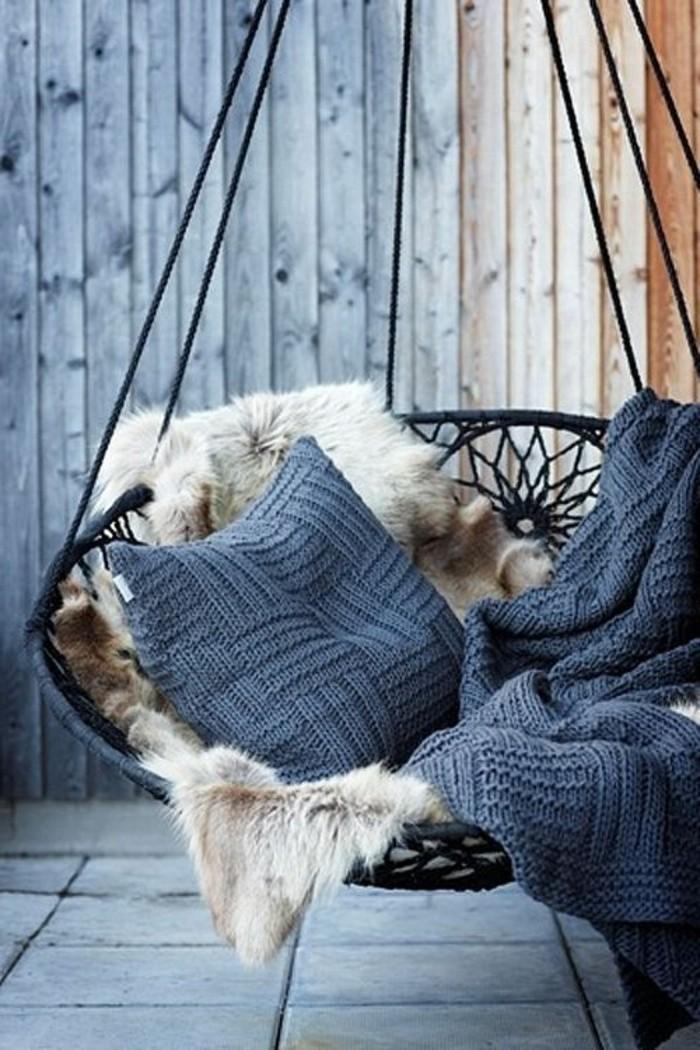 01-fauteuil-hamac-avec-un-coussin-bleu