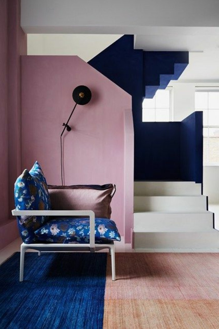 01-amenager-une-entree-un-mur-en-rose-un-tapis-bleu