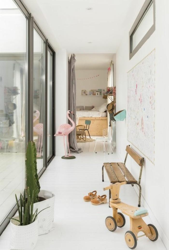 02-deco-couloir-un-banc-en-bois-deux-plantes-vertes