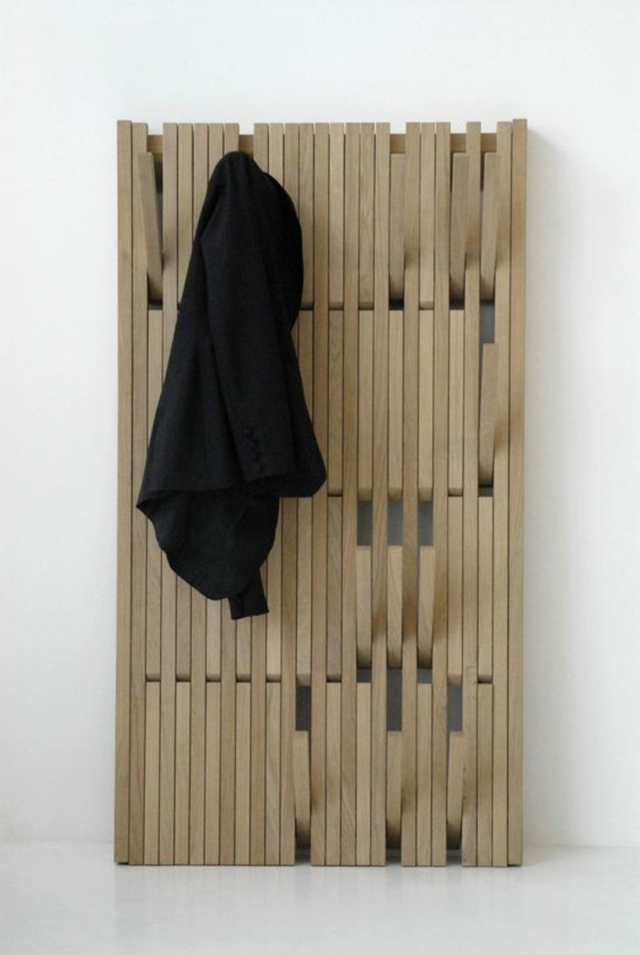 02-meuble-dentree-vestiaire-en-bois-un-manteau-noir