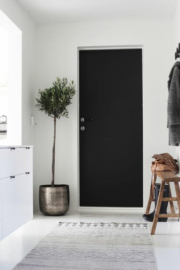 07-deco-couloir-une-porte-noire