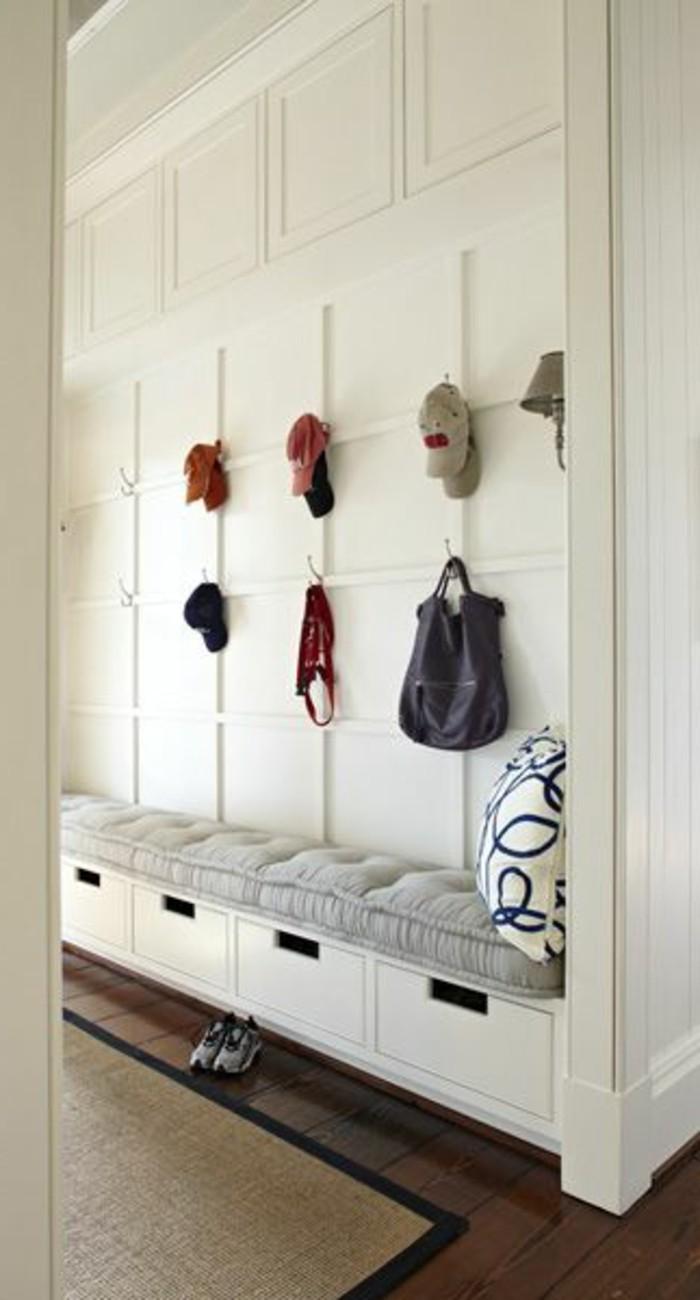 08-porte-manteau-un-mur-blanc-quelques-chapeaux-suspendus
