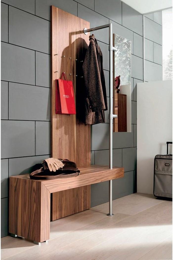 09-decorer-un-couloir-un-mur-gris-un-manteau-suspendu