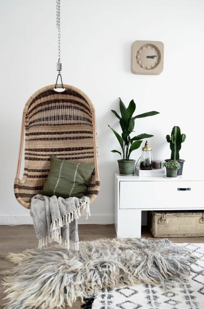 09-fauteuil-hamac-un-mur-blanc-et-des-plantes-vertes