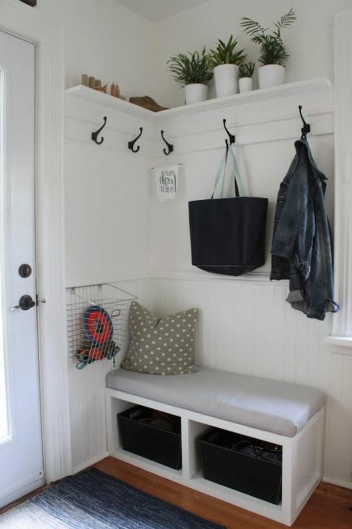 13-decorer-un-couloir-des-pots-de-plantes-vertes-un-sac-noir-pendu
