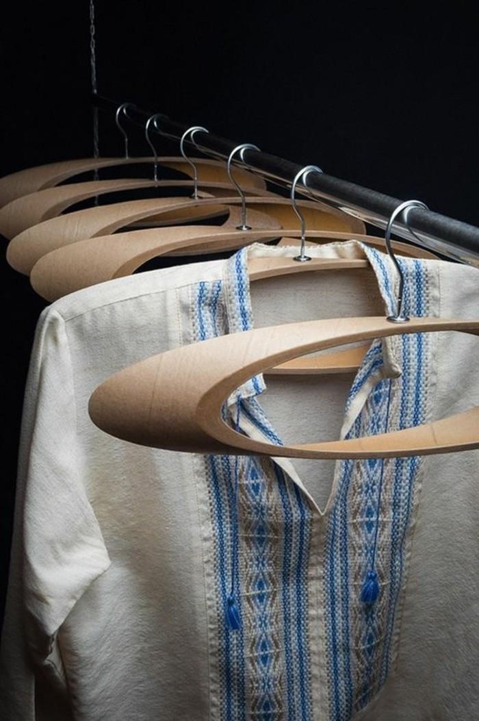13-meuble-dentree-vestiaire-quelques-porte-manteaux-et-une-chemise-accrochee