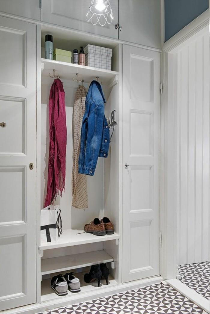 14-decorer-un-couloir-des-chaussures-des-vetements-suspendus