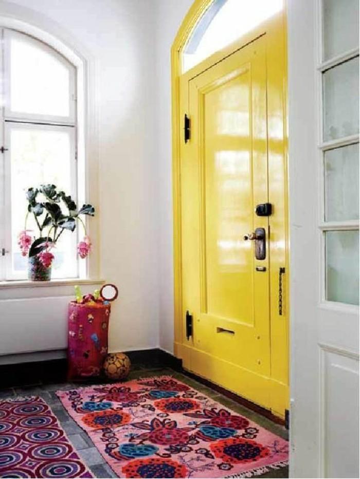 15-deco-couloir-un-tapis-une-porte-jaune