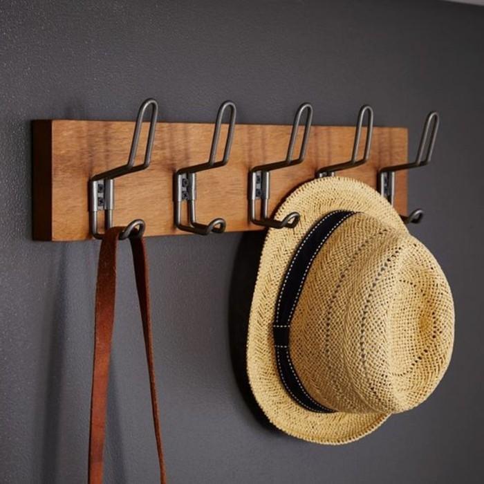 16-porte-manteau-mural-un-chapeau-est-suspendu