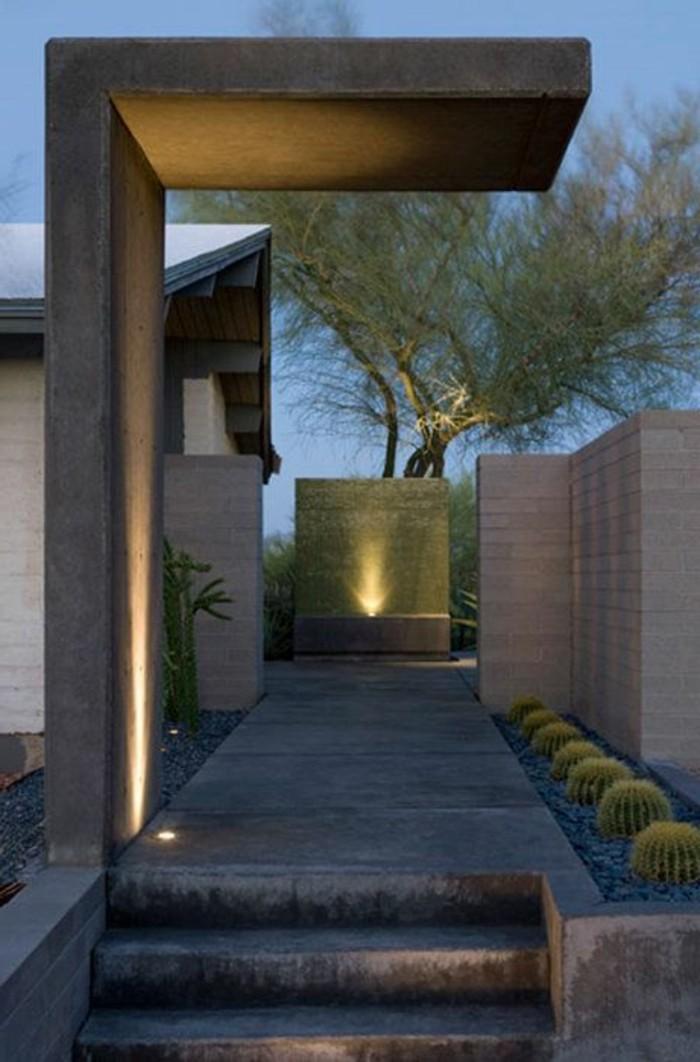 17-decoration-couloir-un-escalier-un-arbre-vert-quelques-cactus