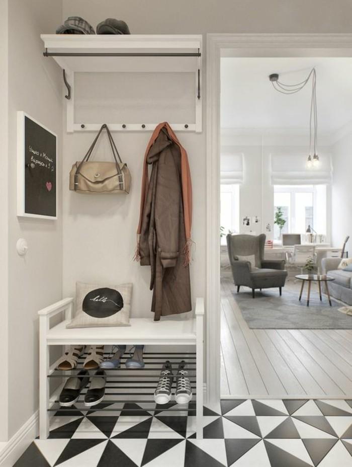 19-decorer-un-couloir-des-carreaux-en-noir-et-en-blanc-un-manteau-et-un-sac-suspendus